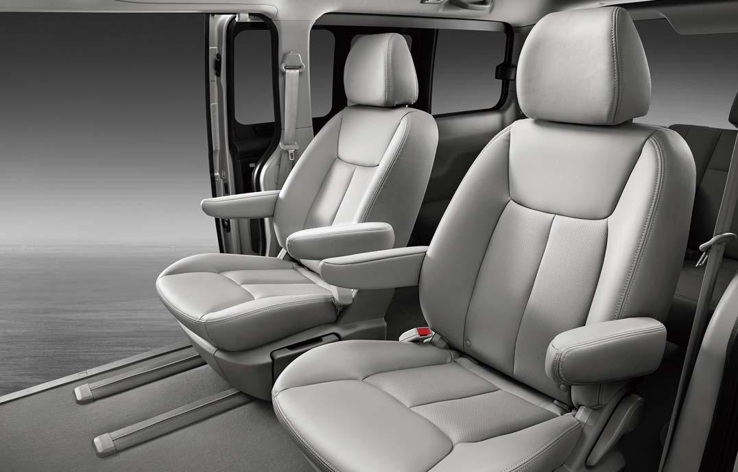 瑞风M5—U形舒适皮质座椅+中排360°旋转多功能组合